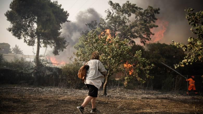 Οι φλόγες έφτασαν στο Μάτι: Εγκλωβισμένα άτομα στην παραλία