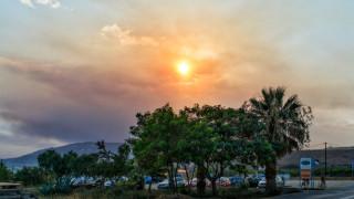 Μέχρι την Άνδρο φαίνονται οι καπνοί από τις πυρκαγιές στην Αττική