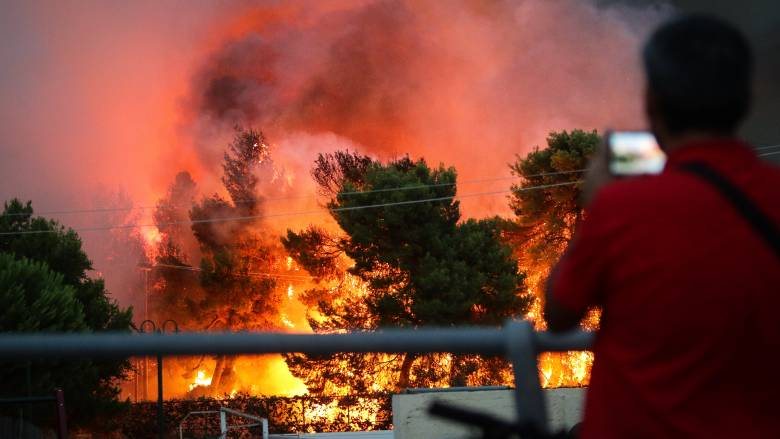 Πύρινος εφιάλτης σε Αττική και Χανιά: Εγκλωβίστηκαν άνθρωποι, καταστράφηκαν περιουσίες