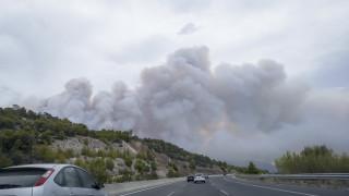 Σε εξέλιξη η πυρκαγιά στα Γεράνεια Όρη