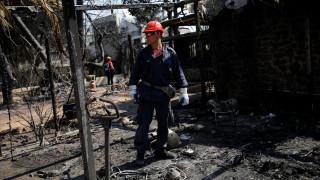 Φωτιά Αττική: Πόρτα-πόρτα οι έρευνες των διασωστών στο Μάτι