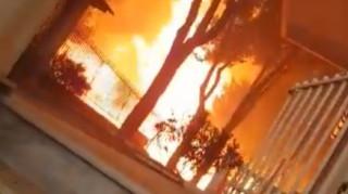 Συγκλονιστικό βίντεο: Εγκλωβίστηκε στις φλόγες προσπαθώντας να σώσει τη γάτα του
