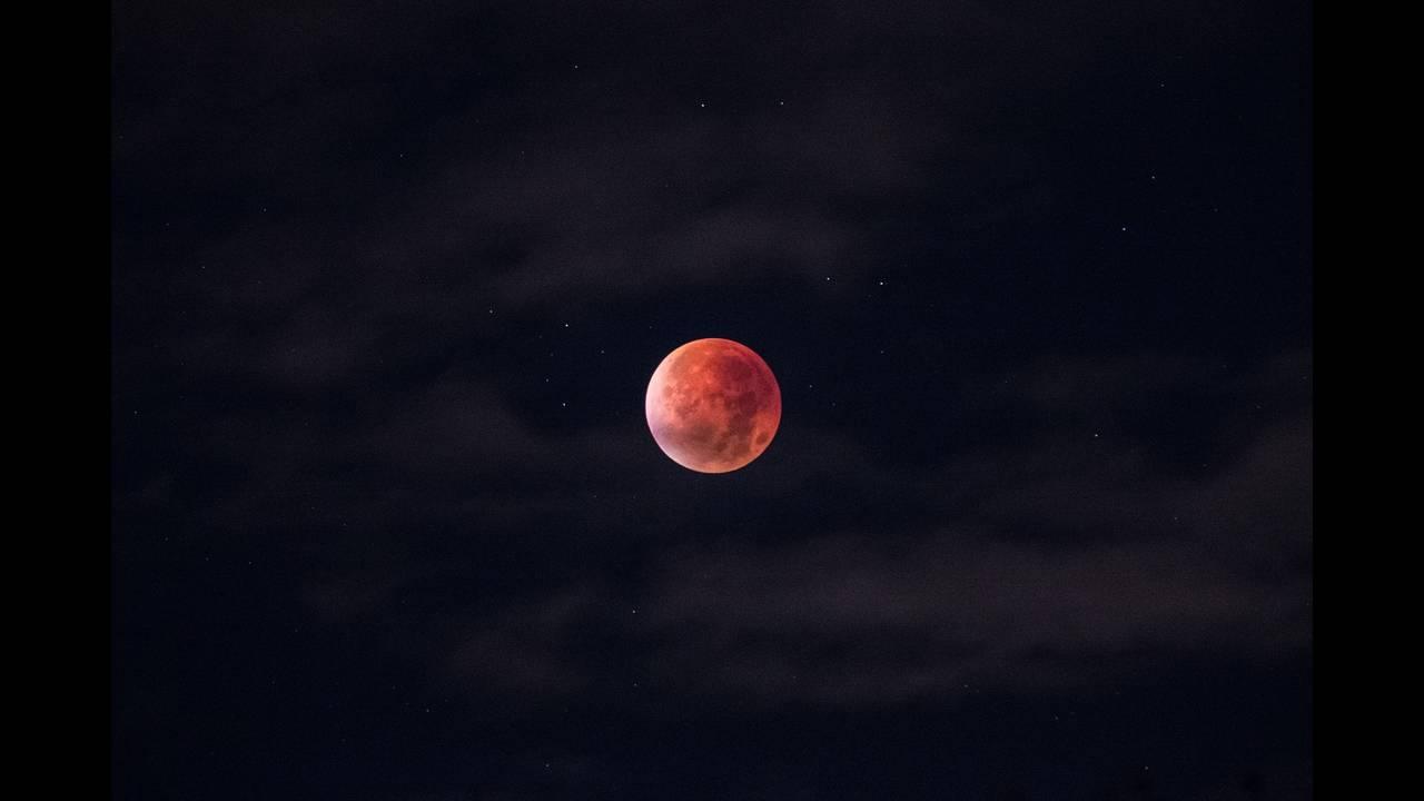 https://cdn.cnngreece.gr/media/news/2018/07/27/140467/photos/snapshot/lunar-eclipse-962802_1920.jpg