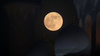 Ματωμένο φεγγάρι: Εντυπωσιακές εικόνες από το Άμπου Ντάμπι