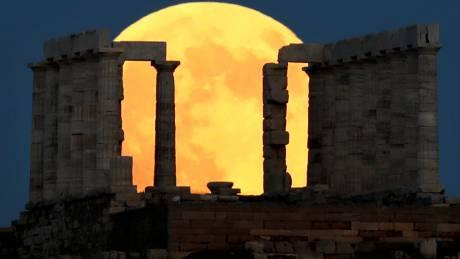 Ματωμένο φεγγάρι: Μαγικές εικόνες από το Σούνιο
