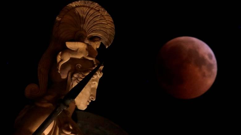 Το «ματωμένο» φεγγάρι μάγεψε τον πλανήτη