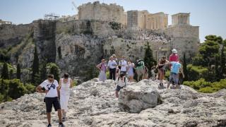 Handelsblatt: «Ακόμα και οι πυρκαγιές δεν επηρεάζουν τον τουρισμό στην Eλλάδα»