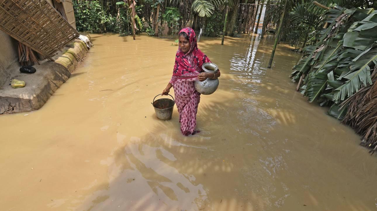 Ινδία: Ψάρια… κολυμπούν σε πλημμυρισμένο νοσοκομείο λόγω των φονικών μουσώνων