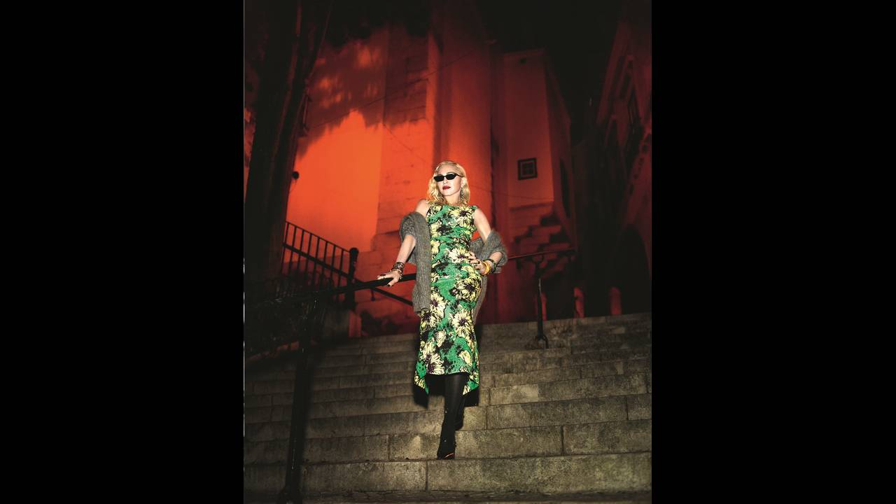https://cdn.cnngreece.gr/media/news/2018/07/31/140936/photos/snapshot/MadonnabyMertMarcusVogueItaliaAug2018-4.jpeg