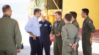 Ελευσίνα: Επίσκεψη Μητσοτάκη στη βάση των πυροσβεστικών αεροσκαφών Canadair