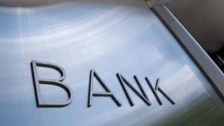 Οι πωλήσεις δανείων «ροκανίζουν» τα τραπεζικά έσοδα