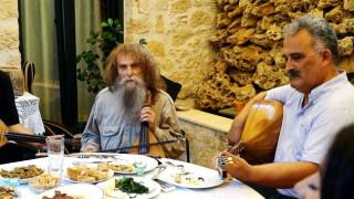 Ημιμαραθώνιος Κρήτης: Ο Ψαραντώνης, η Κρητικιά γιαγιά κι ένας τουρίστας στο νέο-ξεκαρδιστικό σποτ