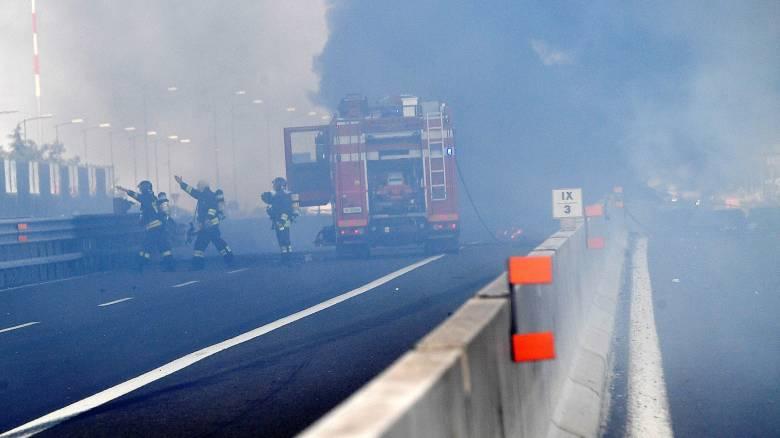Χάος στη Μπολόνια μετά από τροχαίο: Εκρήξεις, φωτιά και δεκάδες θύματα