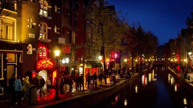 Το Άμστερνταμ θέλει να ρυθμίσει τις ροές των τουριστών στην Κόκκινη Συνοικία