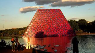 Ο μασταμπάς του Λονδίνου: Ένα γλυπτό 20 μέτρων στη λίμνη Serpentine