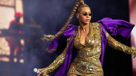 Beyoncé: «Αγκαλιάζει» τις καμπύλες της και φωτογραφίζεται στη Vogue