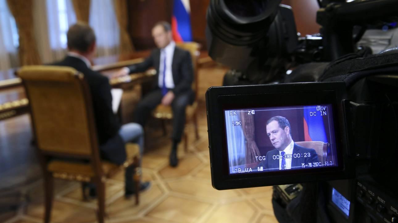 Αυστηρό μήνυμα Μεντβέντεφ: Επιπλέον κυρώσεις θα εκληφθούν ως «οικονομικός πόλεμος» από τη Δύση