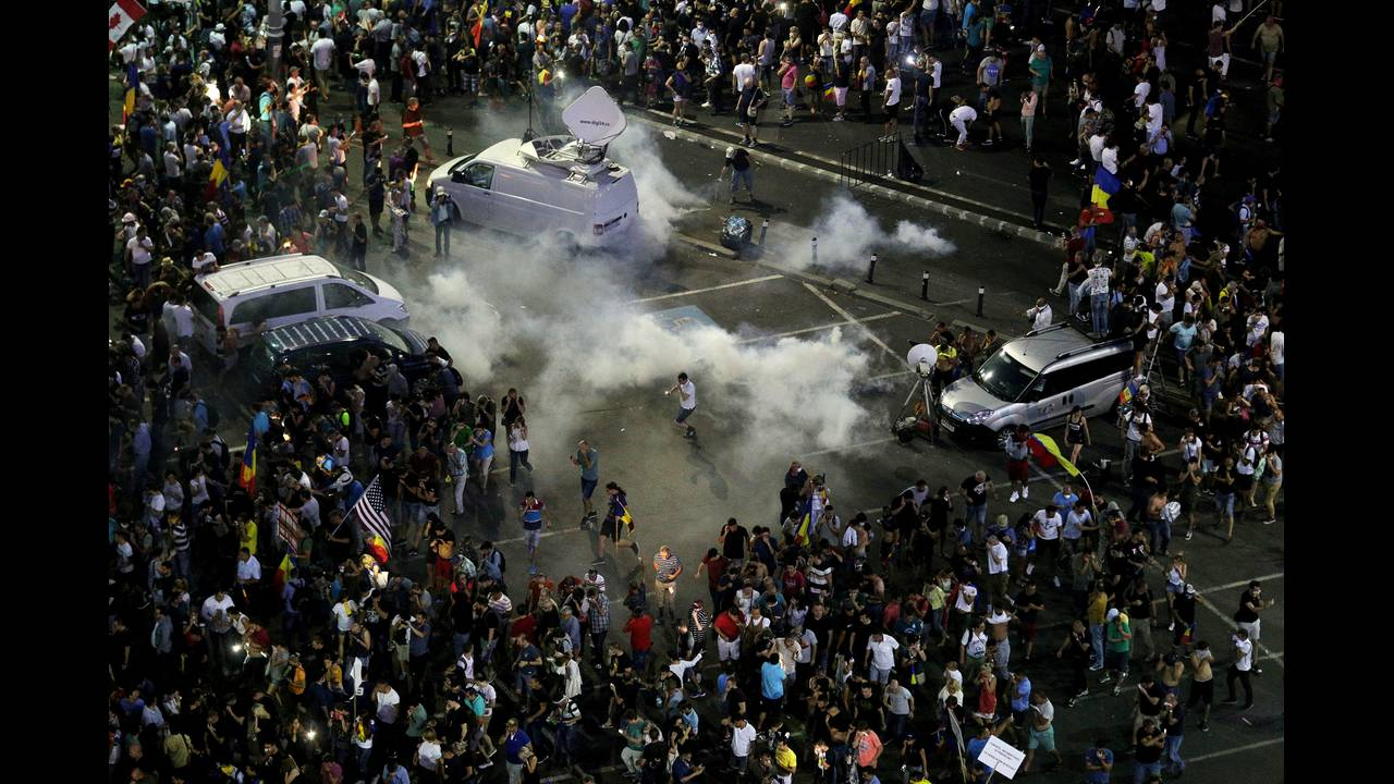 https://cdn.cnngreece.gr/media/news/2018/08/12/142405/photos/snapshot/2018-08-10T183305Z_270859484_RC15AFE44000_RTRMADP_3_ROMANIA-PROTESTS.JPG