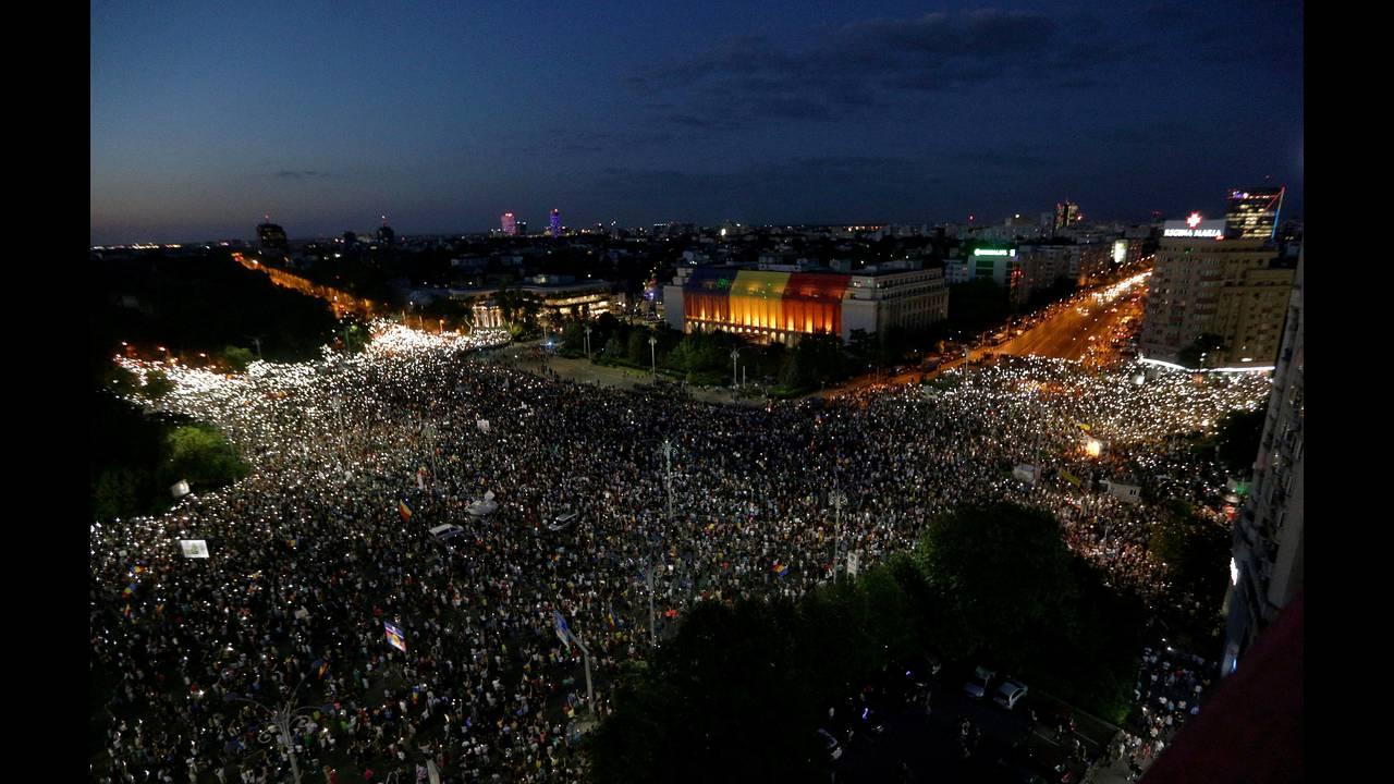 https://cdn.cnngreece.gr/media/news/2018/08/12/142405/photos/snapshot/2018-08-10T195852Z_1376209070_RC13505A1C40_RTRMADP_3_ROMANIA-PROTESTS.JPG
