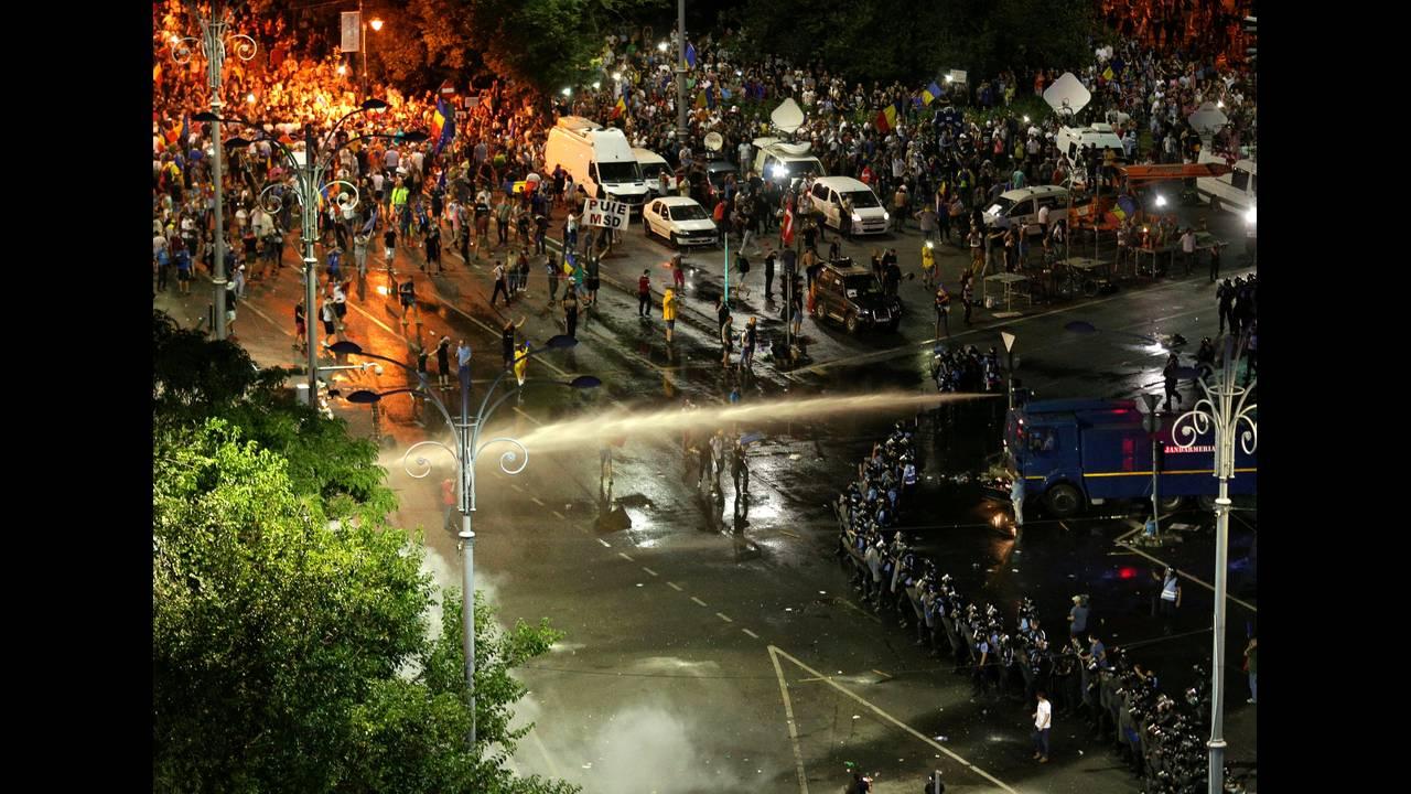 https://cdn.cnngreece.gr/media/news/2018/08/12/142405/photos/snapshot/2018-08-10T205749Z_1682708216_RC1411F6BD80_RTRMADP_3_ROMANIA-PROTESTS.JPG
