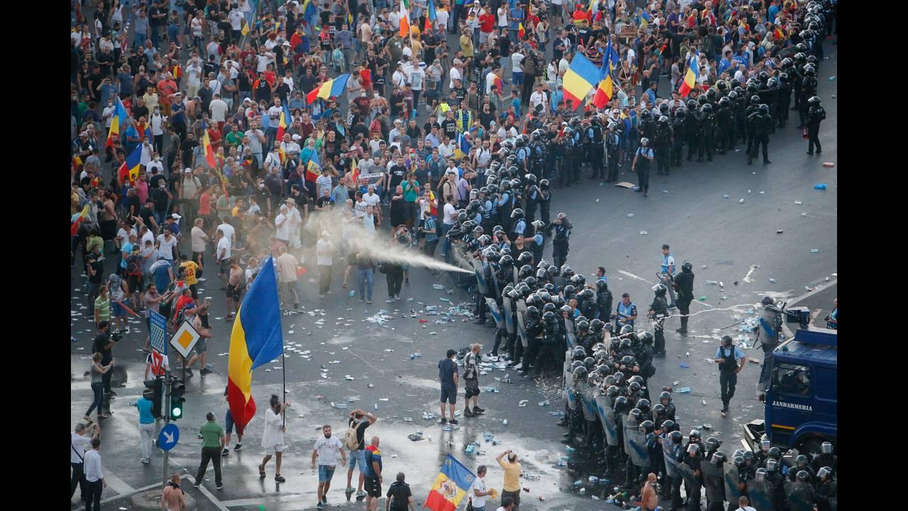 https://cdn.cnngreece.gr/media/news/2018/08/12/142405/photos/snapshot/2018-08-10T215718Z_1186983138_RC1196B74ED0_RTRMADP_3_ROMANIA-PROTESTS.JPG