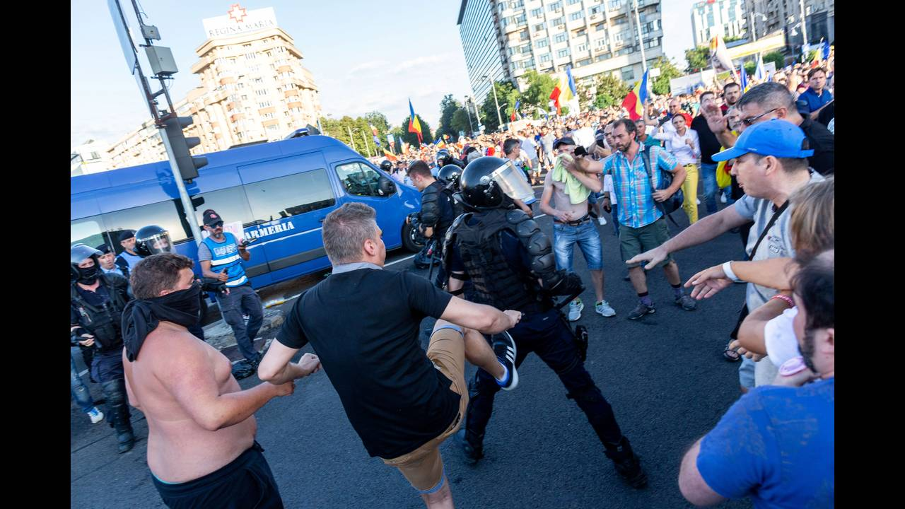 https://cdn.cnngreece.gr/media/news/2018/08/12/142405/photos/snapshot/2018-08-10T215833Z_2062922105_RC14676CAAB0_RTRMADP_3_ROMANIA-PROTESTS.JPG