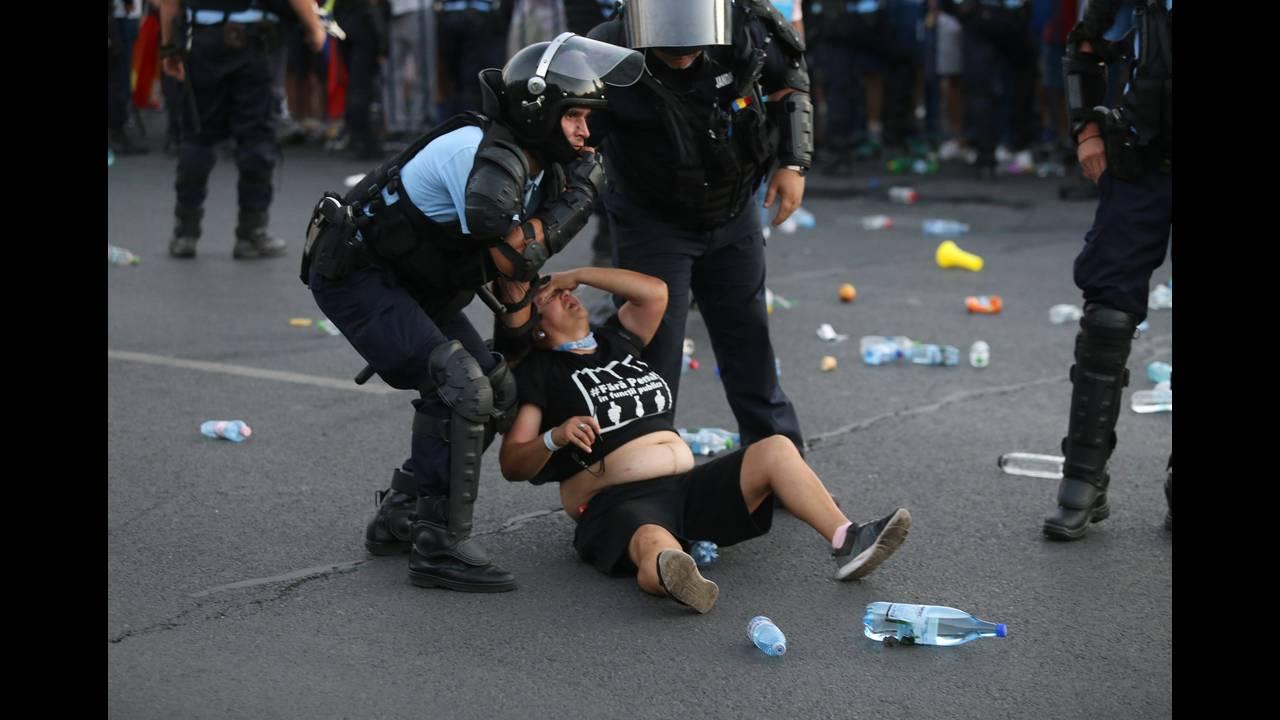 https://cdn.cnngreece.gr/media/news/2018/08/12/142405/photos/snapshot/2018-08-10T215918Z_887483555_RC1AEDC93B10_RTRMADP_3_ROMANIA-PROTESTS.JPG