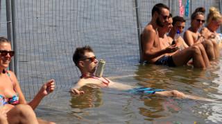 Μπύρες και βουτιές... στον Δούναβη: «Αντίδοτο» στις υψηλές θερμοκρασίες της Ουγγαρίας