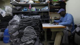 This is not a t-shirt: Ένα μπλουζάκι δίνει δουλειά σε πρόσφυγες
