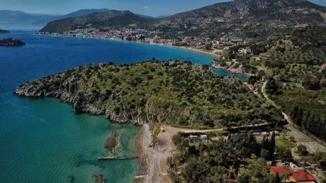 Παραλία της Πλάκας: Η ακτή δίπλα στον αρχαιολογικό χώρο της Ακρόπολης Αρχαίας Ασίνης