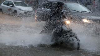 «Βουτιά» σε λακκούβα έκανε οδηγός μηχανής στη Θεσσαλονίκη