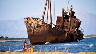 Πόλος έλξης τουριστών η παραλία με το ναυάγιο στο Γύθειο