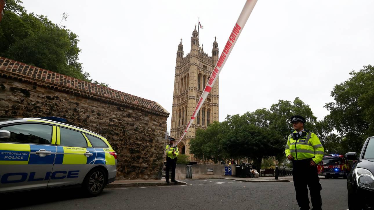 Λονδίνο: Η στιγμή που το όχημα πέφτει πάνω στις μπάρες του Κοινοβουλίου