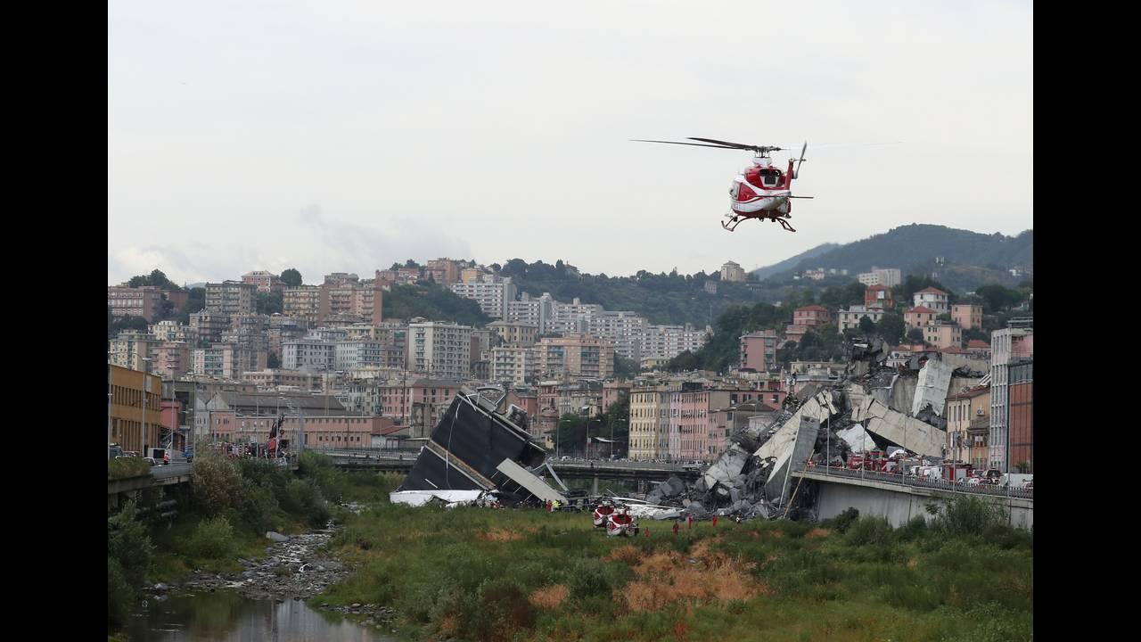 https://cdn.cnngreece.gr/media/news/2018/08/14/142740/photos/snapshot/2018-08-14T134430Z_2054731175_RC16B02001A0_RTRMADP_3_ITALY-MOTORWAY-COLLAPSE.JPG