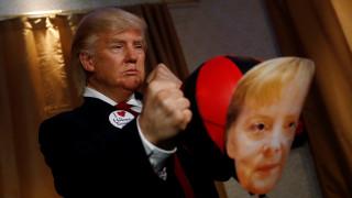 Ο Τραμπ «γρονθοκοπεί» τη Μέρκελ: Το ανατρεπτικό έκθεμα στο «Μαντάμ Τισό» του Βερολίνου