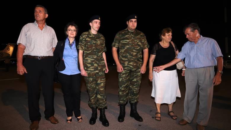«Ουδέποτε μπήκε σε παζάρια το ζήτημα των δύο στρατιωτικών», τονίζουν κυβερνητικές πηγές