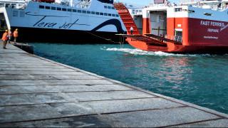 Επιβατηγό οχηματαγωγό πλοίο προσάραξε στο λιμάνι του Γαυρίου στην Άνδρο