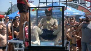 Μαθητής λύνει έξι κύβους του Ρούμπικ κάτω από το νερό με… μια ανάσα