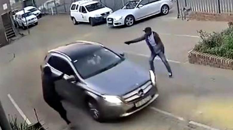 Απίστευτη αντίδραση: δείτε πώς γλίτωσε ένας οδηγός την κλοπή του αυτοκινήτου του