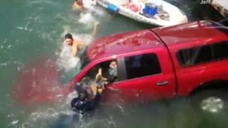 Δραματική διάσωση οικογένειας από αυτοκίνητο που βυθίζεται