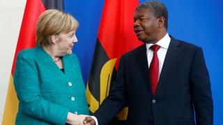 Η Μέρκελ θέλει να προμηθεύσει με όπλα την Αγκόλα
