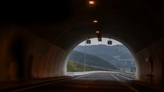 Νταλίκα ξήλωσε όλα τα φώτα σήραγγας στην Αθηνών - Λαμίας