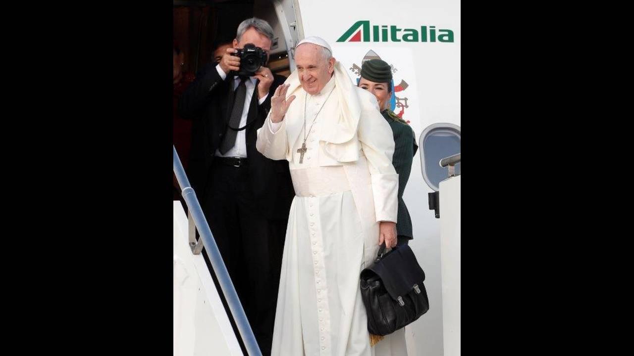 https://cdn.cnngreece.gr/media/news/2018/08/25/144020/photos/snapshot/2018-08-25T061039Z_1774590357_RC1464B35900_RTRMADP_3_POPE-IRELAND.jpg
