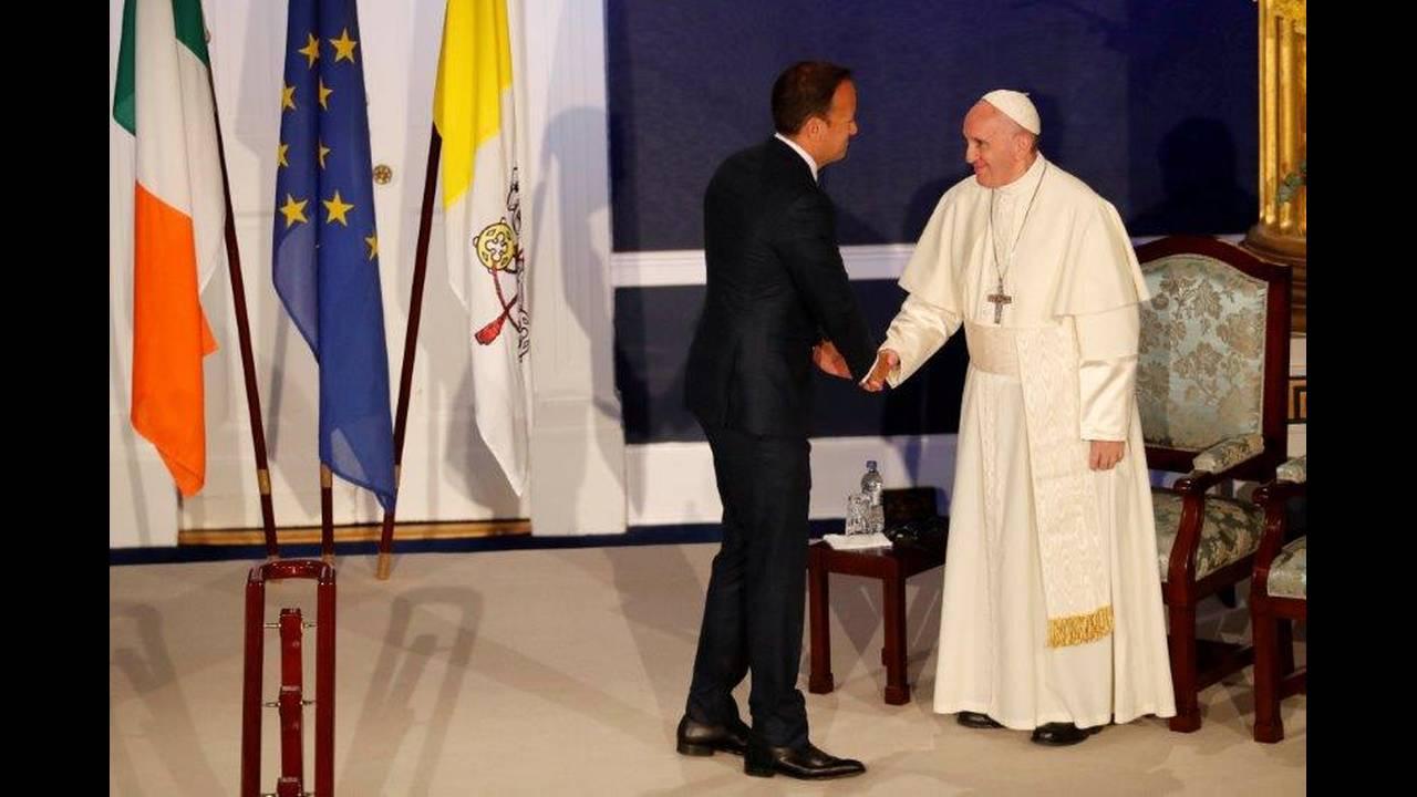 https://cdn.cnngreece.gr/media/news/2018/08/25/144051/photos/snapshot/2018-08-25T120413Z_144524537_RC1D724A3C50_RTRMADP_3_POPE-IRELAND.jpg
