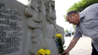 Φόρος τιμής στον Μακέιν στο μνημείο που θυμίζει την πτώση του πολεμικού αεροπλάνου του