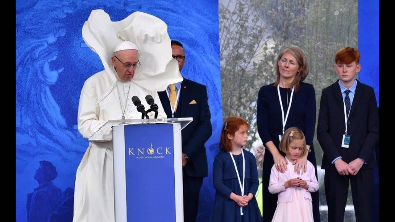 https://cdn.cnngreece.gr/media/news/2018/08/27/144262/photos/snapshot/2018-08-26T101032Z_1690885824_RC16FC9AA030_RTRMADP_3_POPE-IRELAND.jpg