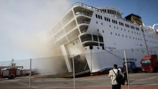 «Ελευθέριος Βενιζέλος»: Καίει ακόμη η φωτιά, το πλοίο έχει πάρει κλίση