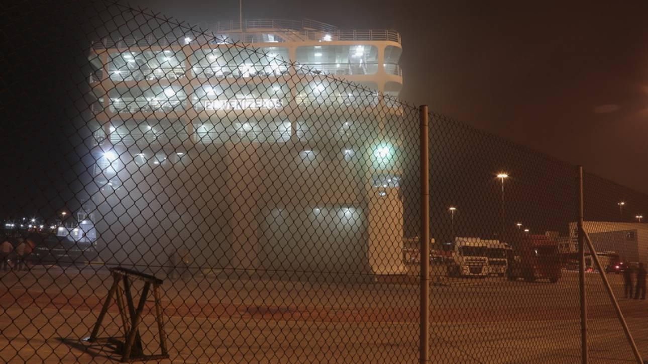 Φωτιά στο «Ελ. Βενιζέλος»: Συνεχίζονται οι προσπάθειες κατάσβεσης της πυρκαγιάς στο πλοίο