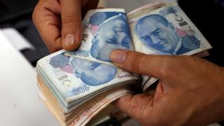 Νέα υποχώρηση της τουρκικής λίρας μετά τη «βουτιά» του πέσο