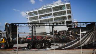 Επιχείρηση κατάσβεσης στο «Ελευθέριος Βενιζέλος»-Εικόνες καταστροφής με καμένα φορτηγά